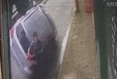 Фото №1 - Парень спас девушку и себя от бешено летящего автомобиля (видео)