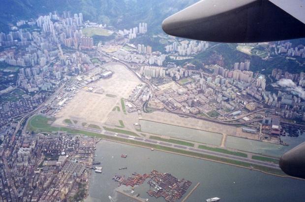 Аэропорт Кайтак в утро после закрытия 6 июля 1998 года. Фото сделано с борта самолета, направлявшегося в новый аэропорт Чхеклапкок.