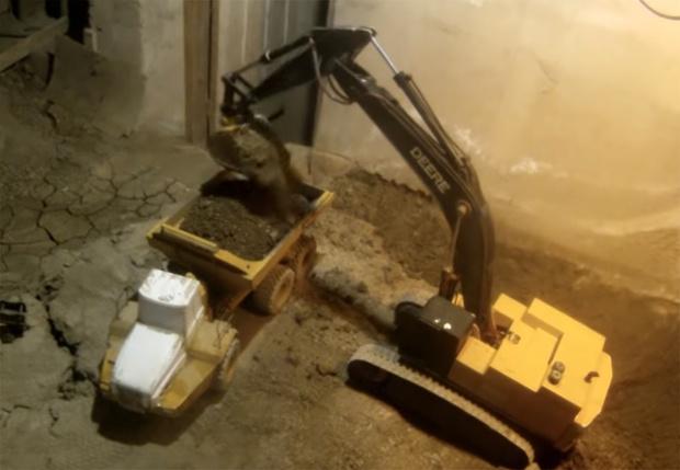Фото №1 - Канадец 14 лет копает подвал с помощью игрушечных экскаваторов и не собирается останавливаться (подборка техновидео)
