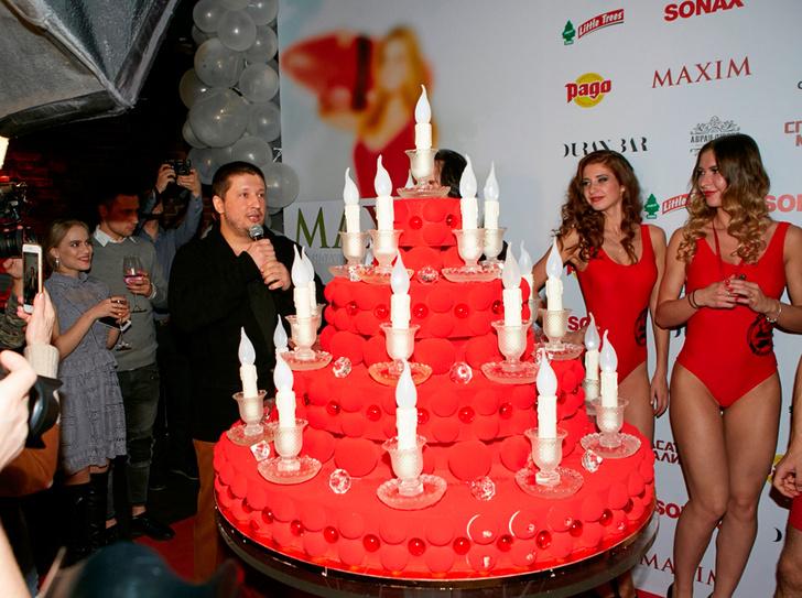 Ренат Агзамов и праздничный торт