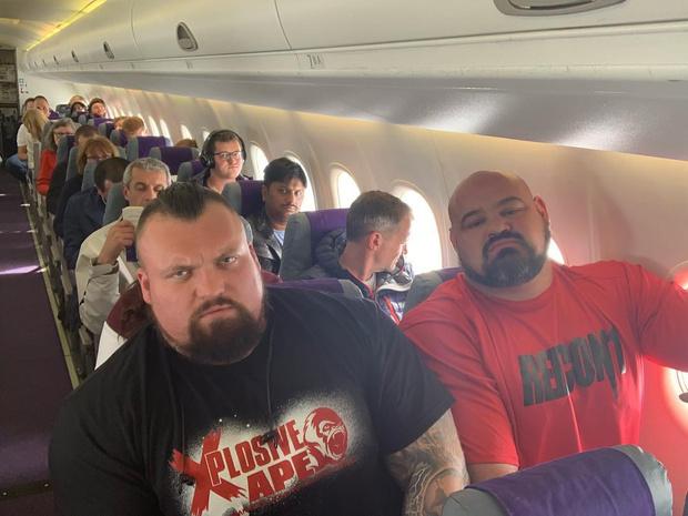 Фото №3 - Два огромных чемпиона по пауэрлифтингу показали, как им пришлось лететь рядом в эконом-классе