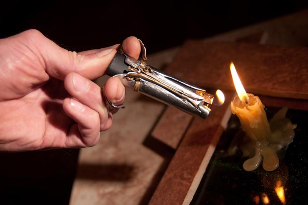 Свеча и зажигалка