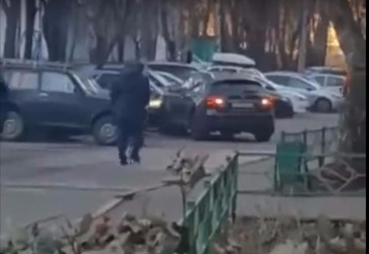 Фото №1 - Смотри, что творится! Разъяренная москвичка на Infiniti устроила погром на парковке, чтобы отомстить мужу