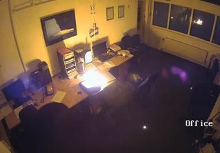 Ноутбук оставили заряжаться на ночь, а он взорвался и спалил офис! Ошарашивающее видео