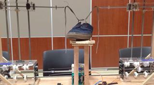 Робот дня: машина, завязывающая шнурки (видео)