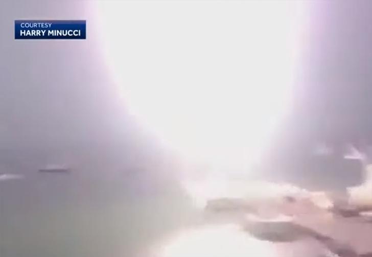 Фото №1 - В Бостоне маленькую моторную лодку поразила огромная молния (видео)