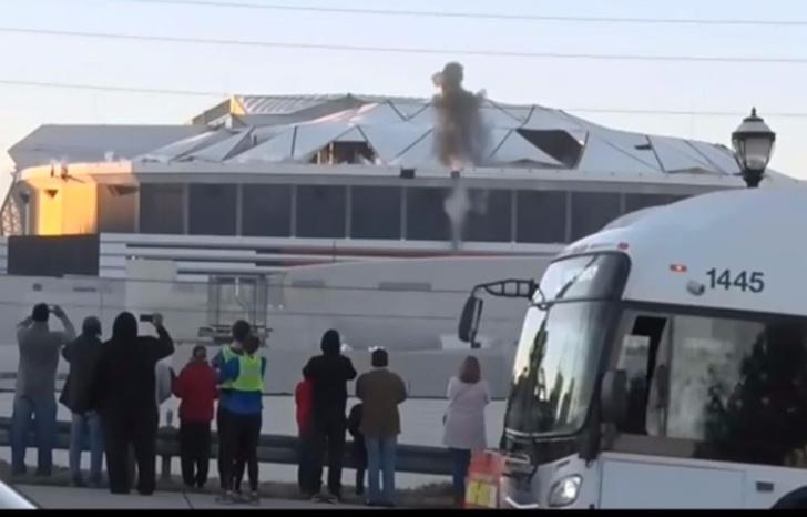 Фото №2 - Вот что бывает, когда ты телеоператор, снимаешь снос гигантского стадиона — и вдруг прямо пред тобой тормозит автобус...