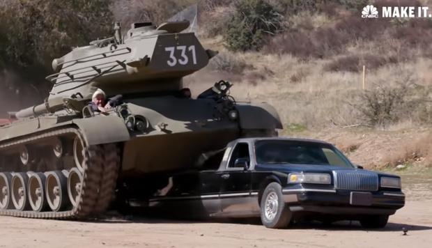 Фото №1 - Арнольд Шварценеггер расплющивает лимузин своим личным танком! Позитивное ВИДЕО