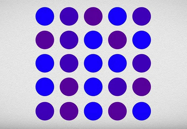 Фото №1 - Точки синие или фиолетовые? Оптическая иллюзия, которая заставит тебя усомниться в том, что ты можешь различать цвета