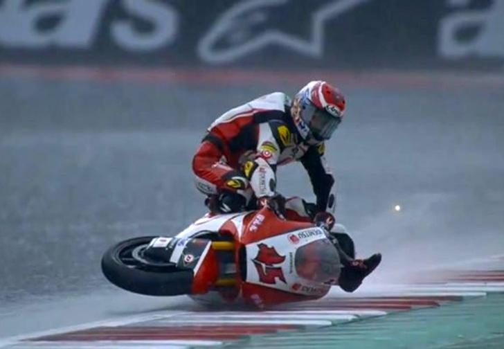 Фото №1 - Мотоциклист превратил падение в эффектный трюк (контраварийное видео)