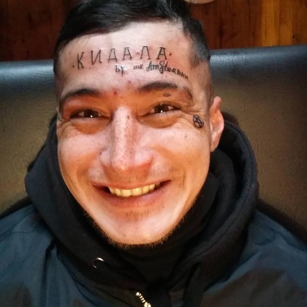 Фото №1 - Татуировщик отомстил мошеннику и набил ему на лбу слово «Кидала»