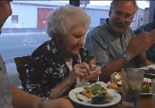 109-летняя женщина «ломает систему», используя скидку на день рождения