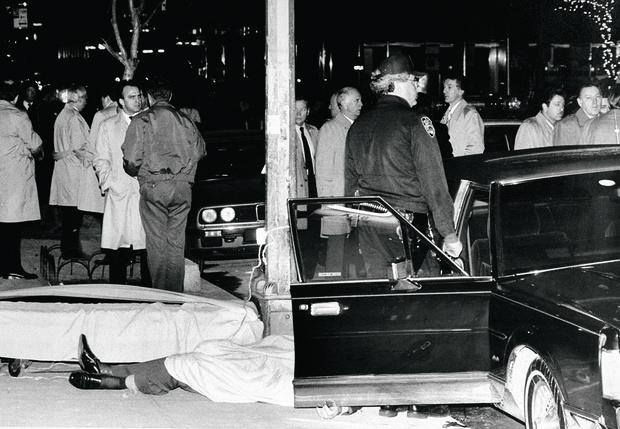 Тело расстрелянного Пола Кастеллано на пороге Sparks Steak House. 16декабря 1985 г.