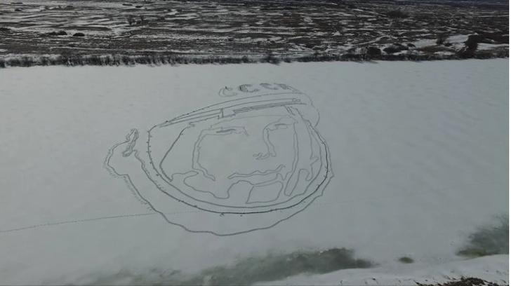 Фото №1 - На льду озера проступил гигантский портрет Гагарина