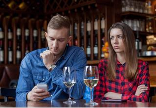 Что такое «игнофонить» и почему это опасно для твоих отношений