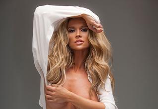 Джоанна Крупа — блондинка с аллергией на одежду