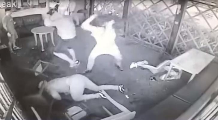 Фото №1 - Эпичная драка в английском баре (видео с неожиданной развязкой!)