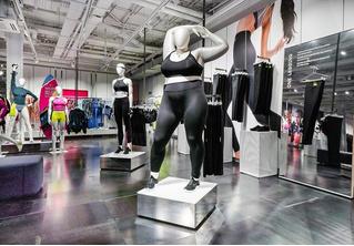 В магазинах Nike появились женские манекены размера плюс-сайз