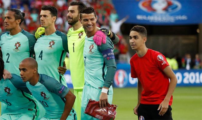 А перед полуфиналом с Уэльсом на командный снимок Португалии залез мальчик, который подает мячи. И он тоже захотел сняться с КриРо.