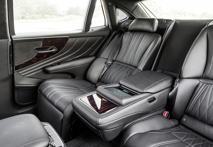 Фото №2 - Новые трюки Lexus: новейшее поколение японского флагмана LS500