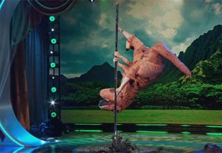 Танец на шесте в исполнении тираннозавра. Видео!