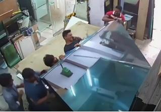 Пятеро рабочих в неравной борьбе со штабелем стекла (видео)