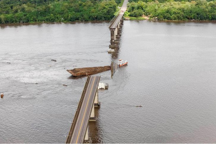 Фото №1 - Судно проломило опору и обрушило 860-метровый мост (видео последствий)