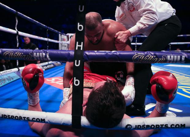 Фото №1 - Боксер укусил противника в бою — и впервые в жизни проиграл (видео)