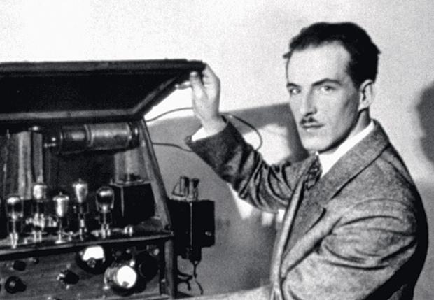 Лев Термен демонстрирует свое изобретение, 1928 г.