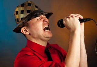 5 песен, которые не стыдно поорать в караоке
