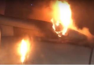 У авиалайнера в полете загорелся двигатель. Реакция пассажиров на ВИДЕО поражает