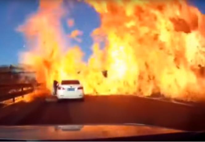 В Китае на трассе загорелся грузовик со сжиженным газом (ВИДЕО)