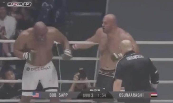 Фото №1 - Два бойца MMA сильно устали во время поединка (видео)