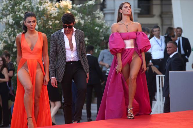 Фото №1 - Знаменитости поддержали новый тренд «вагино-платья»!