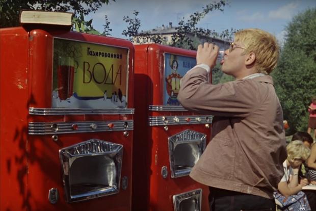 Фото №1 - Ученые проверили воду в бутылках и в 93% обнаружили частицы пластика! И ты это пьешь!