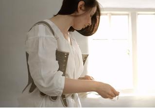 Фетишистское видео: девушка одевается в костюм XVIII века