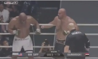 Два бойца MMA сильно устали во время поединка (видео)