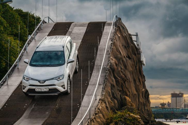 Фото №2 - 7 метров над уровнем нормы: испытай Toyota RAV4 в Парке Горького