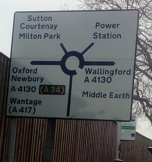 Фото №5 - На дорожных знаках в Англии появились указатели на Средиземье, Готэм и другие выдуманные места