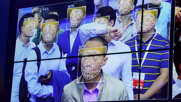 Фото №2 - Китайским полицейским раздали очки с функцией распознавания лиц