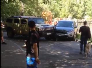 Водитель на «Хаммере» утюжит припаркованный автомобиль! ВИДЕО
