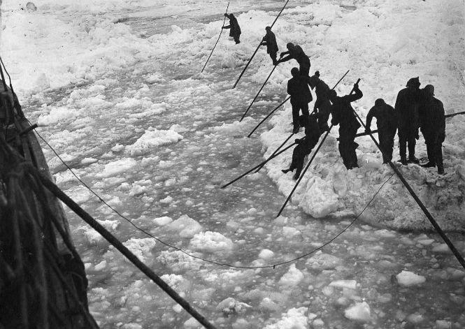 Команда корабля расчищает путь «Эндьюранс» от льда