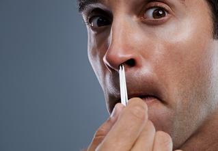 Немедленно прекрати! Вырывать волосы из носа — смертельно опасно!