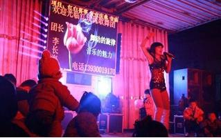 Китайские власти борются со стриптизом на похоронах