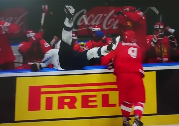 Фото №1 - Овечкин ловко закинул американского хоккеиста на скамейку запасных сборной России (видео)