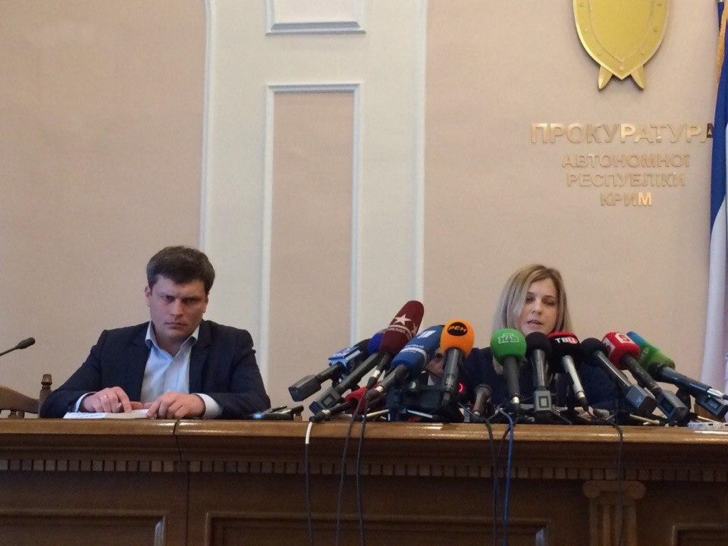 Фото №1 - Фото с Поклонской и микрофонами снова стало мемом — на этот раз за границей