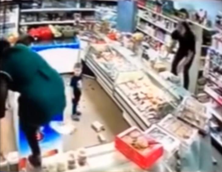 Фото №1 - Мать разгромила магазин за отказ продавщицы дать ребенку яблоко (ВИДЕО погрома)
