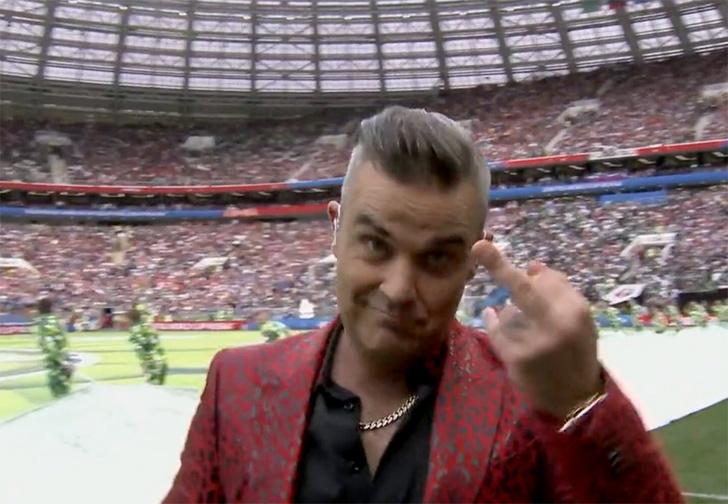 Фото №1 - Зачем Робби Уильямс показал средний палец всему миру?