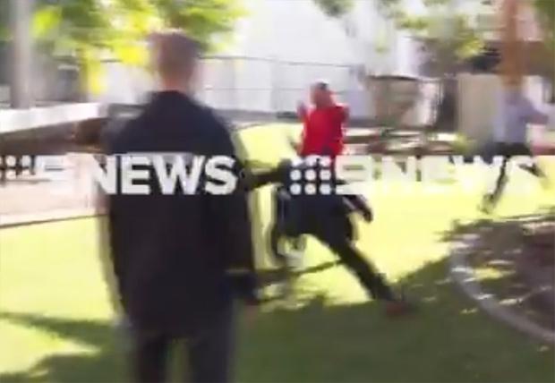 Фото №1 - В Австралии детектив задержал хулигана, пока давал пресс-конференцию (видео)