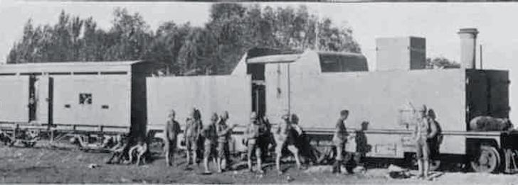 Во время Англо-бурской войны англичане впервые применили для защиты коммуникаций бронепоезд— железнодорожный состав, защищенный броней и вооруженный артиллерией.